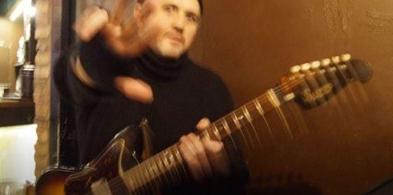 Brandon Miller mit Gitarre