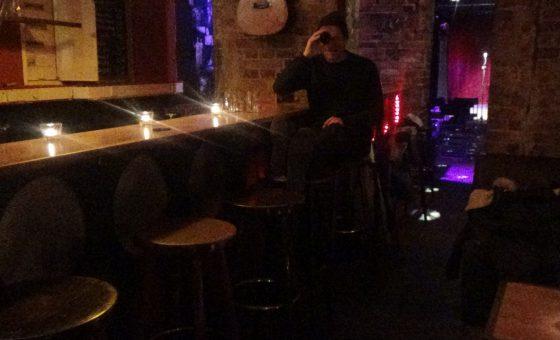 Barkeeper allein zu Haus